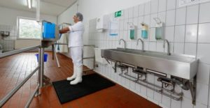 Desinfektionsschleuse mit Flüssigkeit gefüllt in Großküche
